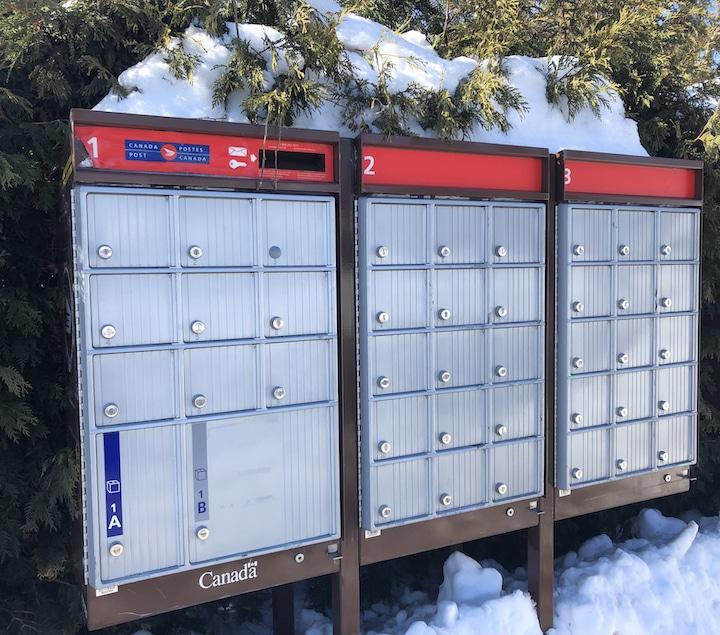 Boîte aux lettres Postes Canada en hiver
