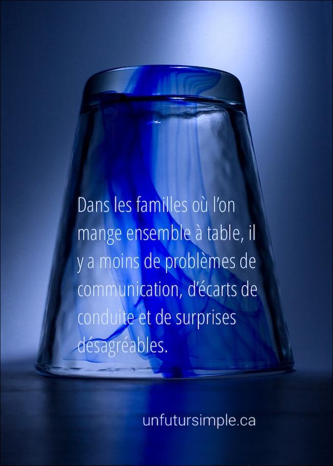 Verre à boire bleu avec une citation relative à désencombrer sa table: dans les familles où l'on mange ensemble à table, il y a moins de problèmes de communications, d'écarts de conduite et de surprises désagréables.