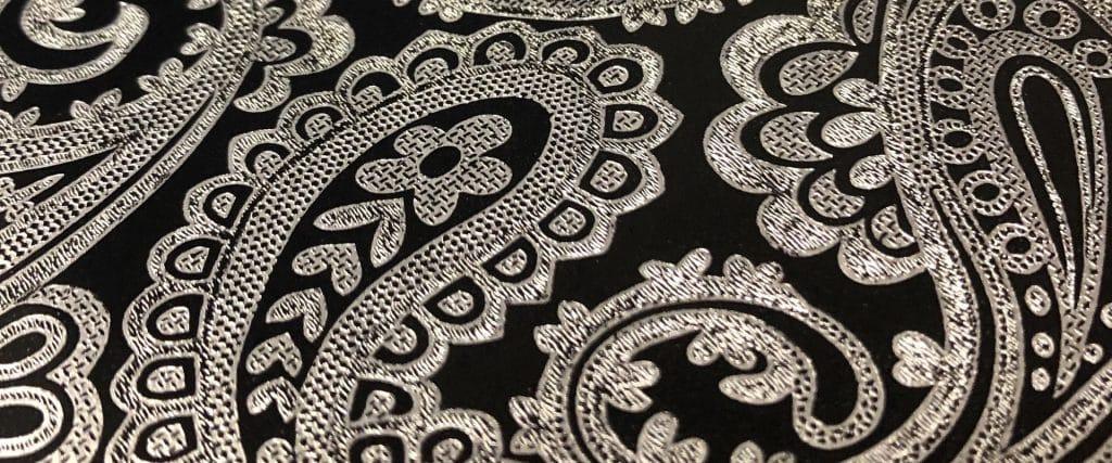 Papier d'emballage (gros plan sur papier d'emballage argenté et noir avec motif paisley)
