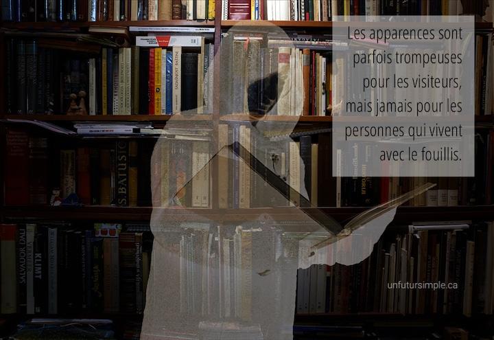 Femme invisible devant bibliothèque avec citation : Les apparences sont parfois trompeuses pour les visiteurs, mais jamais pour les personnes qui vivent avec le fouillis.