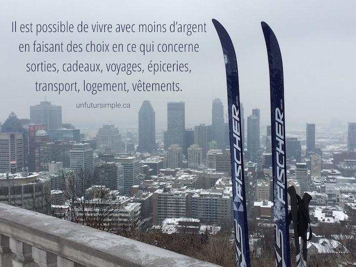 Skis de fond sur Mont-Royal en avant-plan du centre-ville avec citation : Il est possible de vivre avec moins d'argent en faisant des choix en ce qui concerne sorties, cadeaux, voyages, épiceries, transport, logement, vêtements.