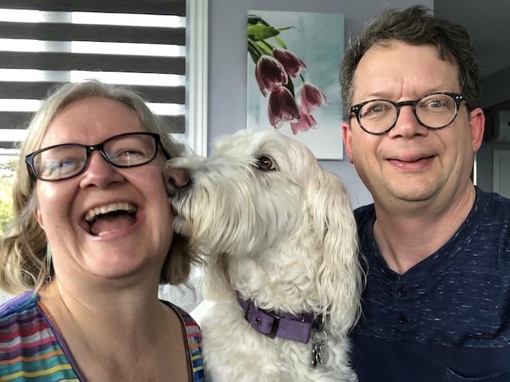 Julie Charland et Michel Gérin, auteurs du blogue, avec Padou, un chien Golden Doodle blanc