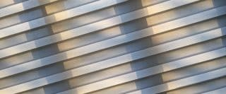 Store beige à lignes horizontales présenté à un léger angle ce qui dérange le visuel attendu