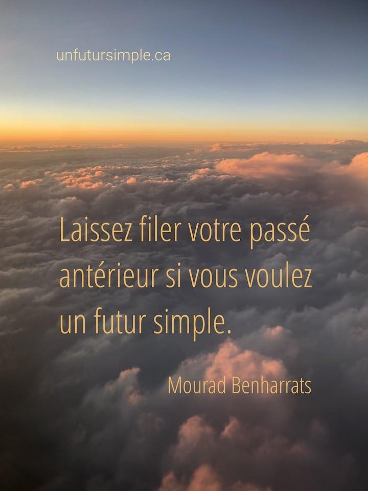 Nuages orangés vus d'un hublot d'avion; citation de Mourad Benharrats : Laissez filer votre passé antérieur si vous voulez un futur simple.