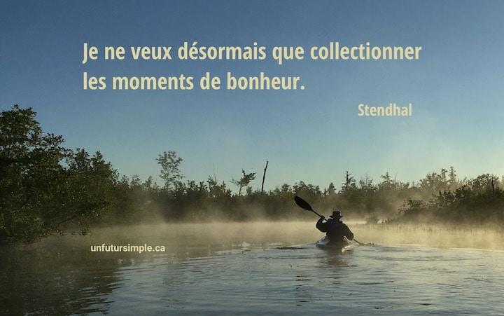Citation sur les moments de bonheur de Stendhal : Je ne veux désormais que collectionner les moments de bonheur. Arrière-plan : homme en kayak à l'aube.