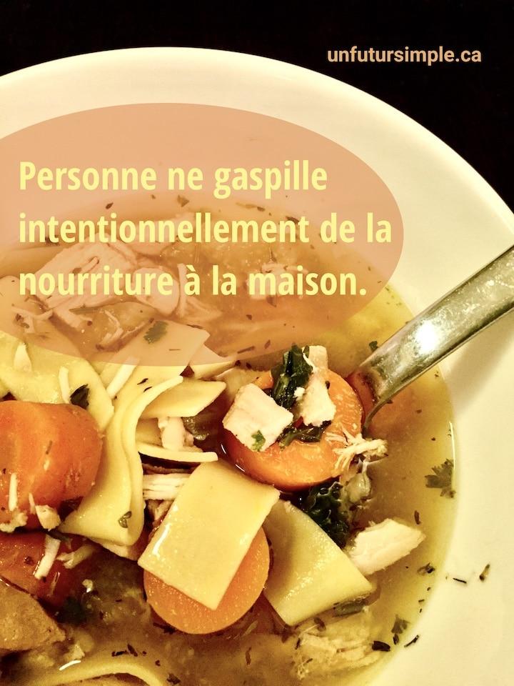 Soupe avec citation relative à éviter le gaspillage de nourriture: Personne ne gaspille intentionnellement de la nourriture à la maison.