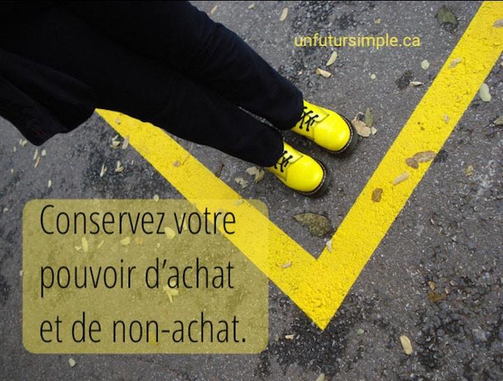 Citation relative à la culture de consommation : « Conservez votre pouvoir d'achat et de non-achat.» Arrière-plan : Bottes jaunes sur asphalte avec ligne jaune.