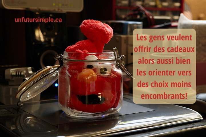 Peluche rouge Elmo coincée dans un pot de vitre placé sur un pupitre avec citation: Les gens veulent acheter des cadeaux alors aussi bien les orienter vers des choix moins encombrants!