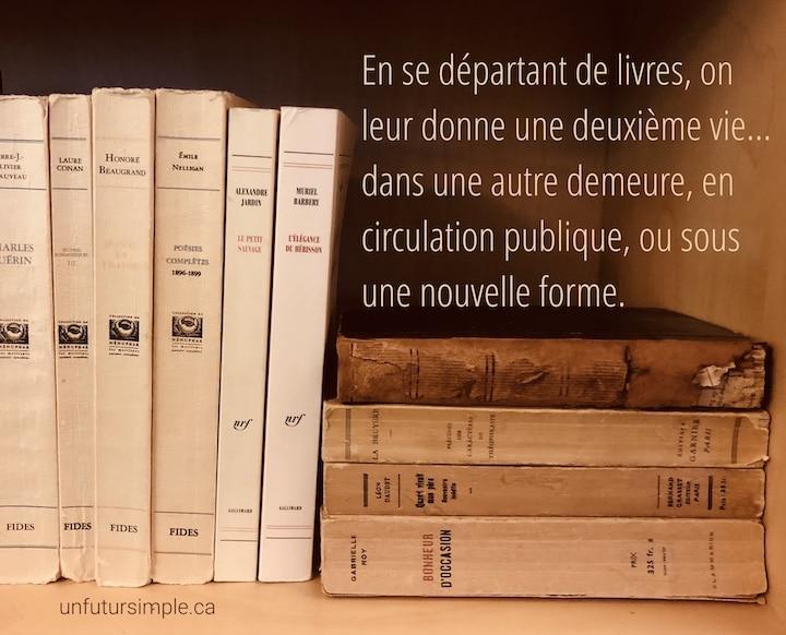 Livres sur une tablette avec citation relative à se départir de livres : En se départant de livres, on leur donne une deuxième vie… dans un autre milieu, en circulation publique, ou sous une nouvelle forme.