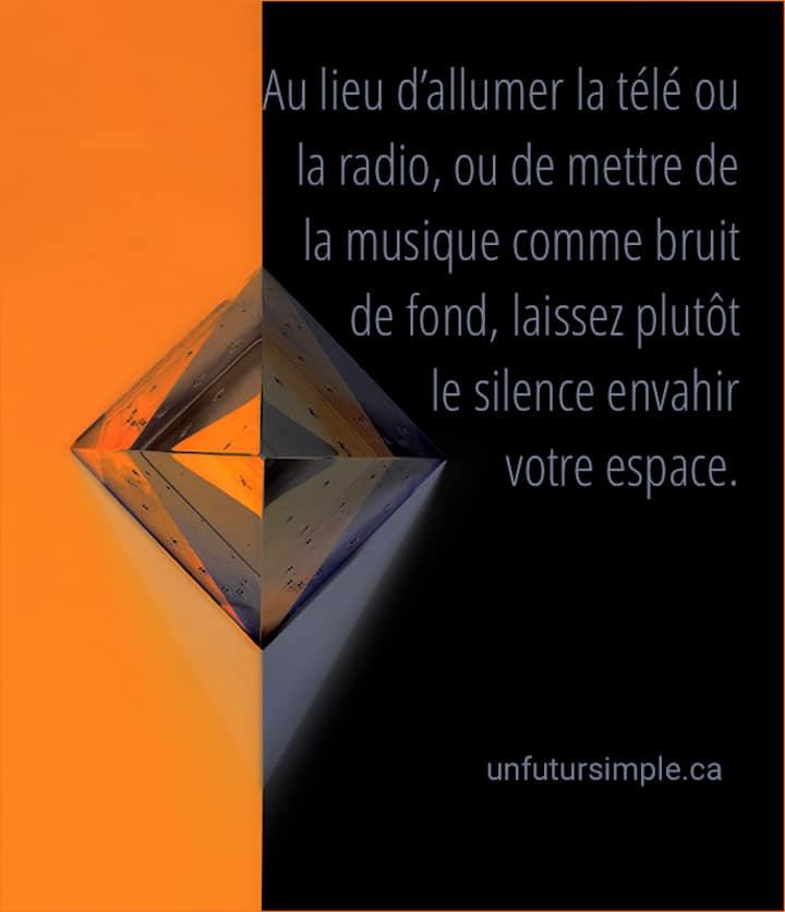 Carré transparent sur fond orange et noir avec reflets. Citation : Au lieu d'allumer la télé ou la radio, ou de mettre de la musique comme bruit de fond, laissez plutôt le silence envahir votre espace.