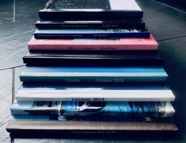 Livres photo empilés en escalier du plus grand au plus petit.