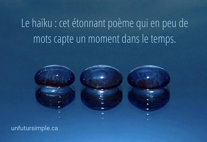 Trois pierres de verre bleu avec la citation : Le haïku : cet étonnant poème qui en peu de mots capte un moment dans le temps.