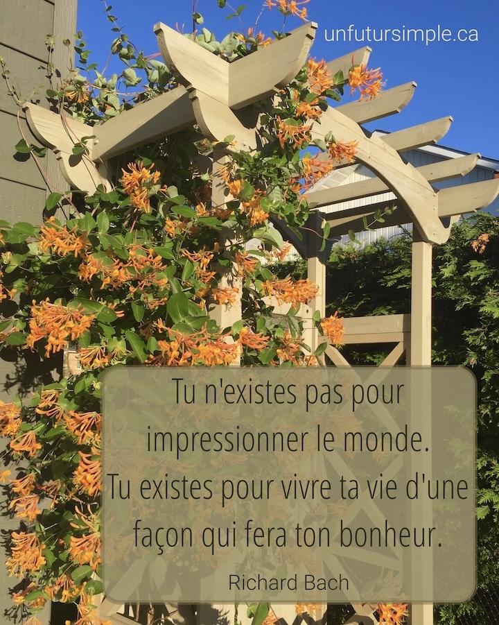 Chèvrefeuille orange grimpant sur une arche avec citation de Richard Bach : Tu n'existes par pour impressionner le monde. Tu existes pour vivre ta vie d'une façon qui fera ton bonheur.