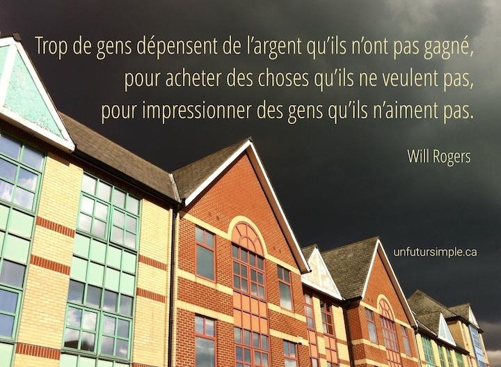 Rangée de maisons de briques colorées éclairées sur ciel noir présentée en contre-plongée avec citation de Wil Rogers : Trop de gens dépensent de l'argent qu'ils ne veulent pas, pour impressionner des gens qu'ils n'aiment pas.