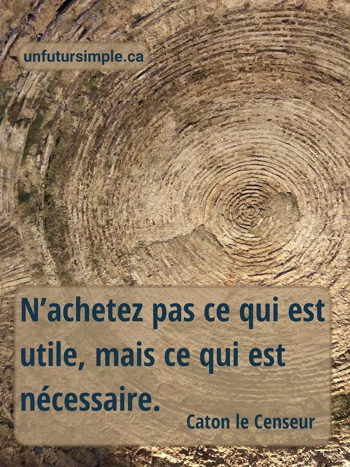 Contre-plongée du toit intérieur du palais de Dioclétien à Split avec citation de Caton le Censeur : N'achetez pas ce qui est utile, mais ce qui est nécessaire.