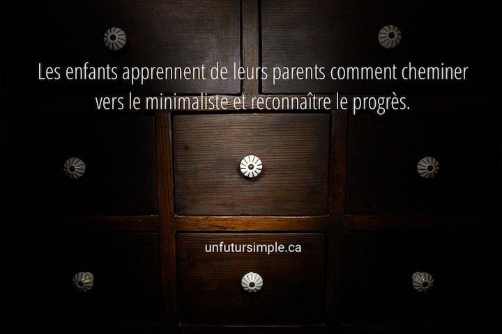 Tiroirs avec citation relative à modeler le minimalisme : Les enfants apprennent de leurs parents comment cheminer vers le minimaliste et reconnaître le progrès.