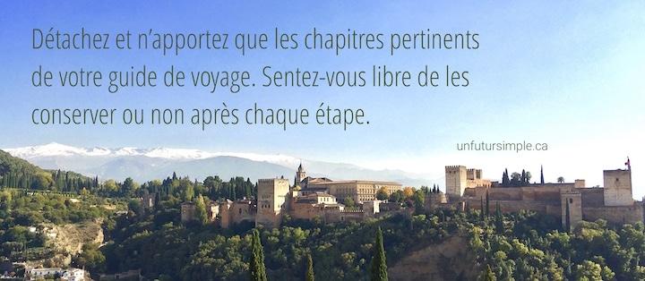 L'Alhambra de Grenade avec une citation  relative à la valise minimaliste : Détachez et n'apportez que les chapitres pertinents de votre guide de voyage. Sentez-vous libre de les conserver ou non après chaque étape.