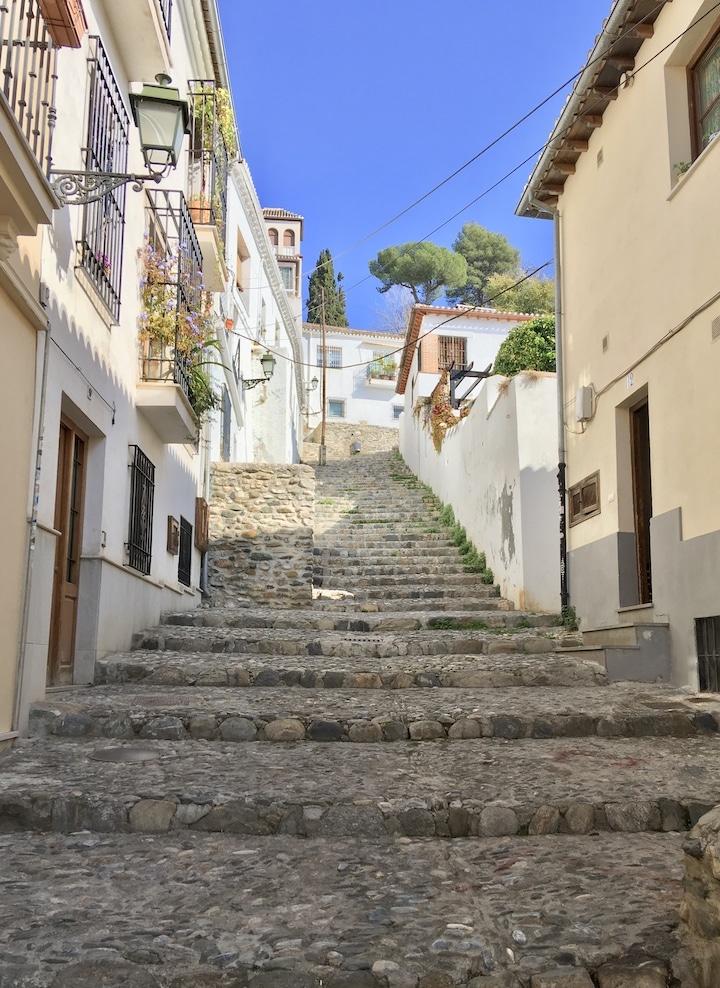 Ruelle en escalier de pierre à Grenade.