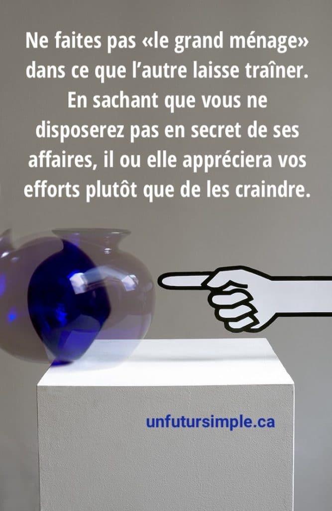 Main dessinée qui pousse un vase bleu en bas d'une boîte avec citation : Ne faites pas « le grand ménage » dans ce que l'autre laisse traîner. En sachant que vous ne disposerez pas en secret de ses affaires, il ou elle appréciera vos efforts plutôt que de les craindre.