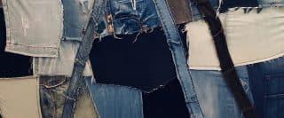 Gros plan d'une mosaïque de morceaux de jeans découpés accrochés sur un mur