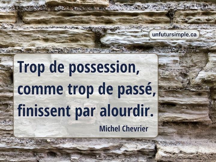 Citation de Michel Chevrier: Trop de possession, comme trop de passé, finissent par alourdir. Arrière-plan: Gros plan d'un mur de pierres poreuses beiges.