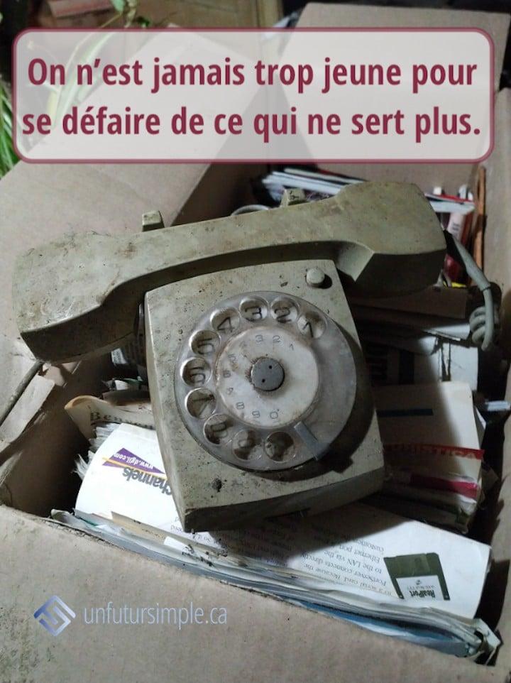 Citation relative à désencombrer à la retraite : On n'est jamais trop jeune pour se défaire de ce qui ne sert plus. En arrière-plan : un vieux téléphone gris.