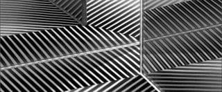 Reflets en noir et blanc d'une feuille de papier avec rayures dans plusieurs miroirs