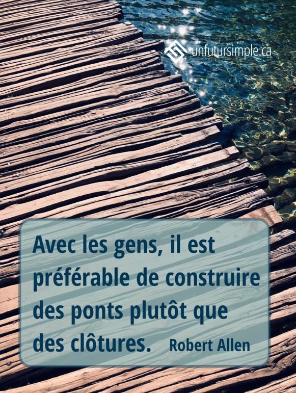 Citation de Robert Allen: Avec les gens il est préférable de construire des ponts que des clôtures. Arrière-plan : Pont piétonniers de lattes de bois inégales avec eau bleue scintillante dans le coin supérieur droit;