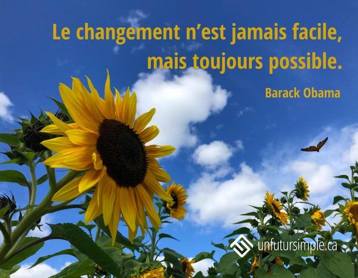 Citation sur le changement de Barack Obama: Le changement n'est jamais facile, mais toujours possible. Arrière-plan : Papillon en vol près de plusieurs têtes de tournesols sur un fond de ciel bleu