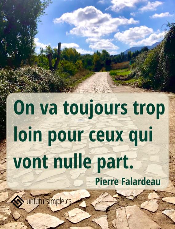 Citation de Pierre Falardeau: On va toujours trop loin pour ceux qui vont nulle part. Arrière-plan: Chemin de pierres longé de verdure menant vers un ciel bleu nuageux.