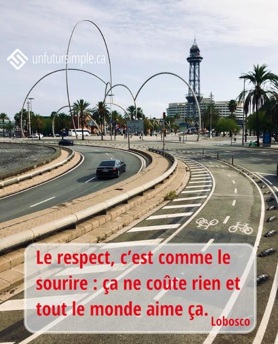 Citation de Lobosco : Le respect, c'est comme le sourire : ça ne coûte rien et tout le monde aime ça. Arrière-plan: Route et piste cyclable dans une ville.