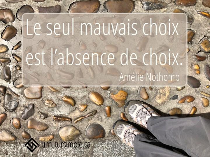 Citation de Amélie Nothomb : Le seul mauvais choix est l'absence de choix. Arrière-plan: Espadrilles vues en plongée sur une route de cailloux.
