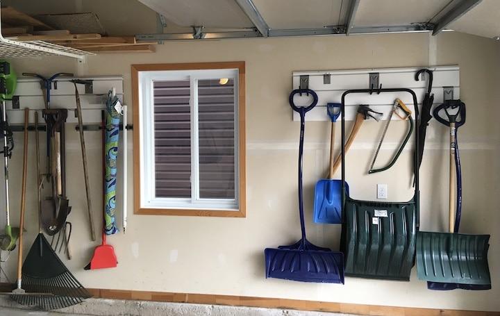 mur intérieur d'un garage avec pelles et outils au mur