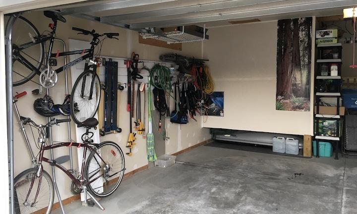 mur intérieur d'un garage avec vélos et outils au mur