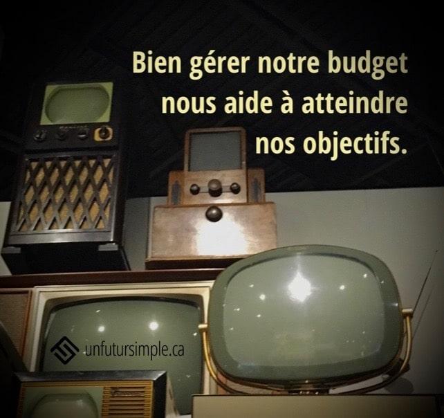 4 anciennes télévisions avec citation relative à bien gérér son budget: Bien gérer notre budget nous aide à atteindre nos objectifs.