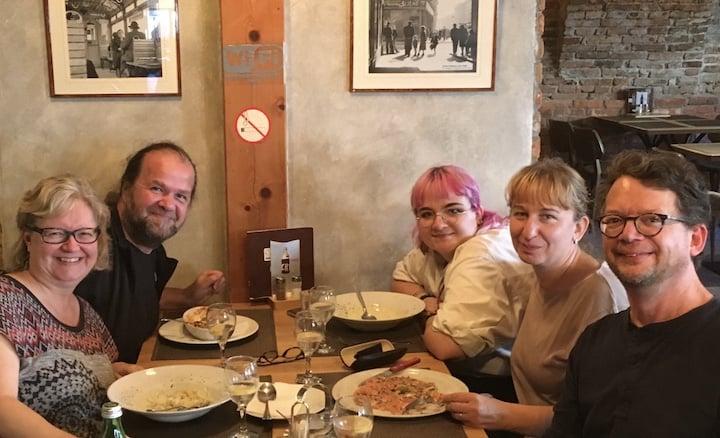 cinq personnes à table dans un restaurant