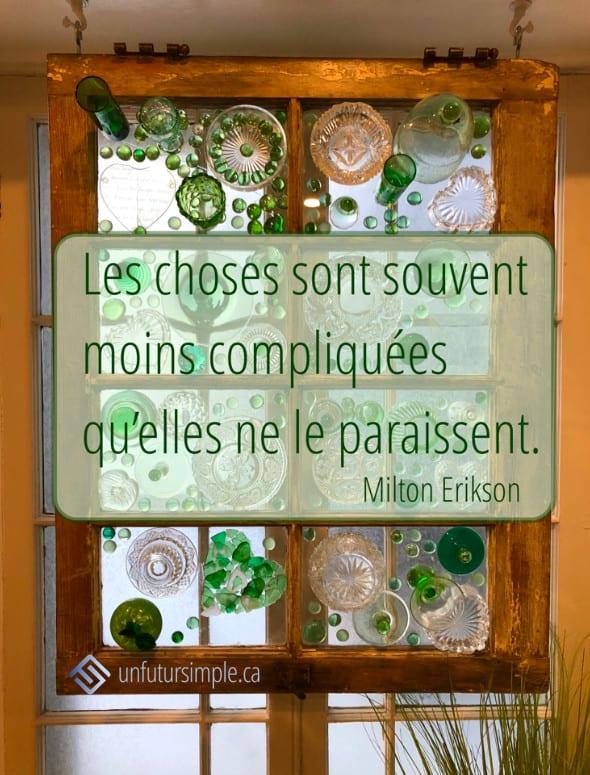 Citation de Milton Erikson: Les choses sont souvent moins compliquées qu'elles ne le paraissent. Fenêtre suspendue avec des verres clairs et verts collés dans les carreaux.