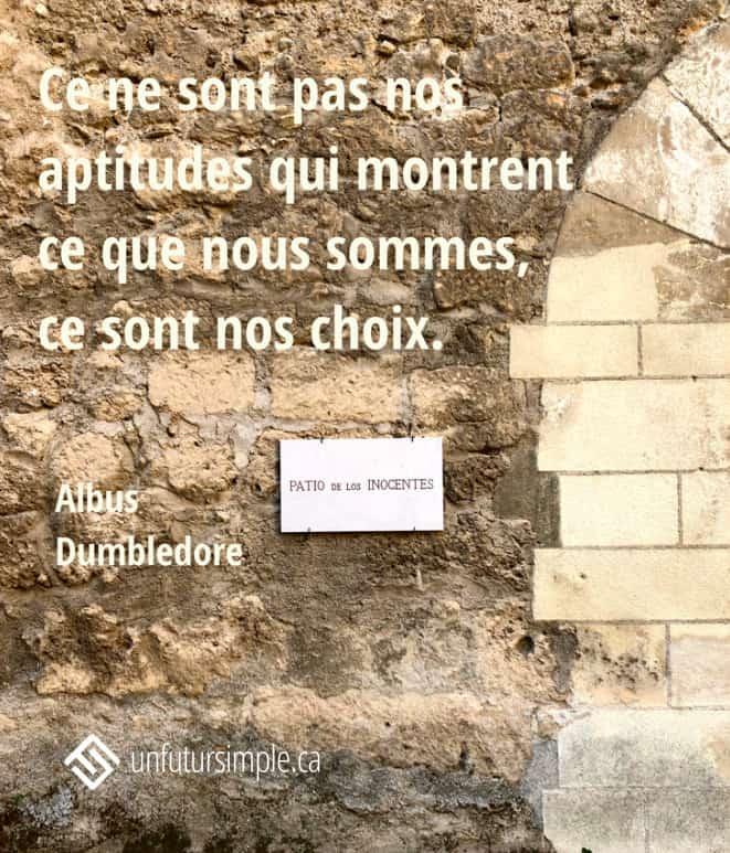 Citation sur les choix de Albus Dumbledore: Ce ne sont pas nos aptitudes qui montrent ce que nous sommes, ce sont nos choix. Plaque Los Inocentes sur un mur de pierres beiges avec arche partielle.
