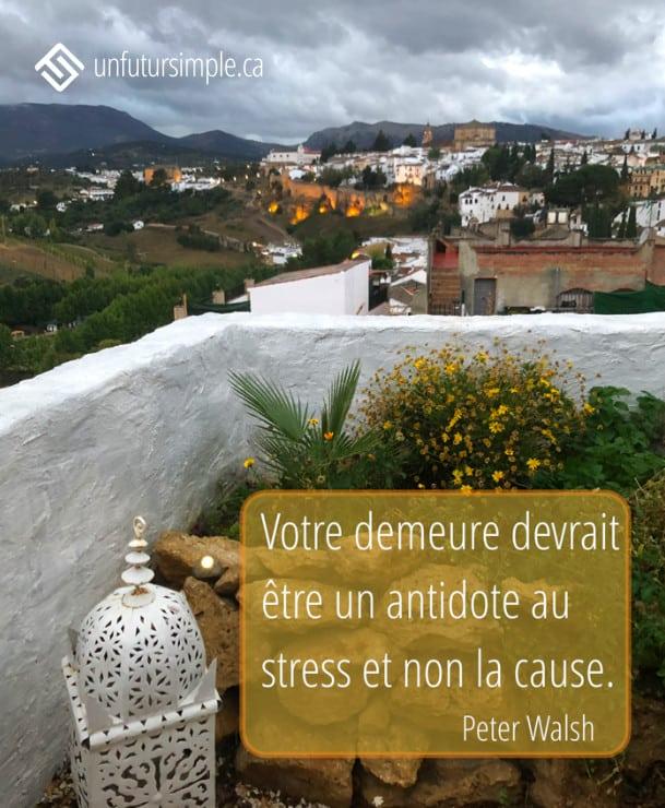 Citation de Peter Walsh: Votre demeure devrait être un antidote au stress et non la cause. Vue sur Ronda en Espagne à partir d'une terrasse de ciment blanc avec ciel ennuagé.