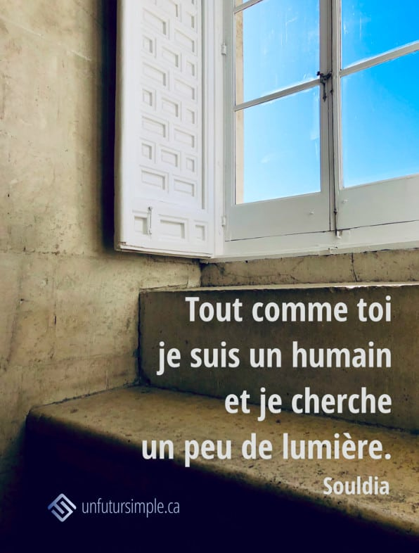 Citation de Souldia: Tout comme toi je suis un humain et je cherche un peu de lumière. Fenêtre avec volet avec un ciel bleu vue de l'intérieur de murs épais.