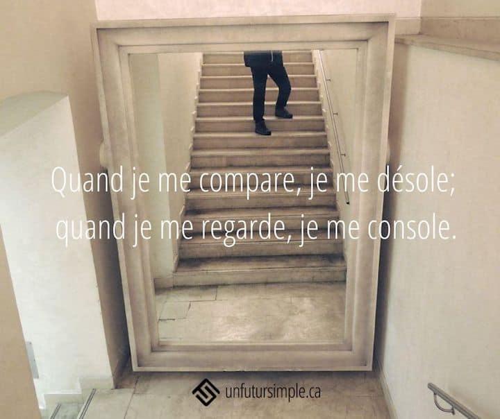 Citation relative à minimalisme sans comparaison: Quand je me compare, je me désole; quand je me regarde, je me console. Arrière-plan : reflet dans un miroir d'une personne dans un escalier