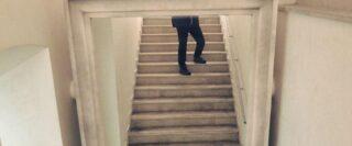 reflet dans un miroir d'une personne dans un escalier