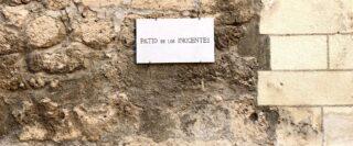 Plaque Los Inocentes sur un mur de pierres beiges à l'université de Granada en Espagne.