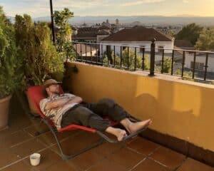 Michel fait la sieste sur un patio à Grenade en Espagne
