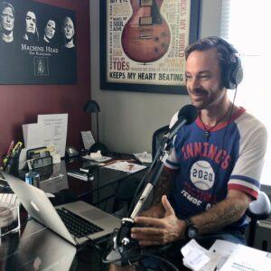 Dave Rouleau, animateur de Versus, assis à son micro.