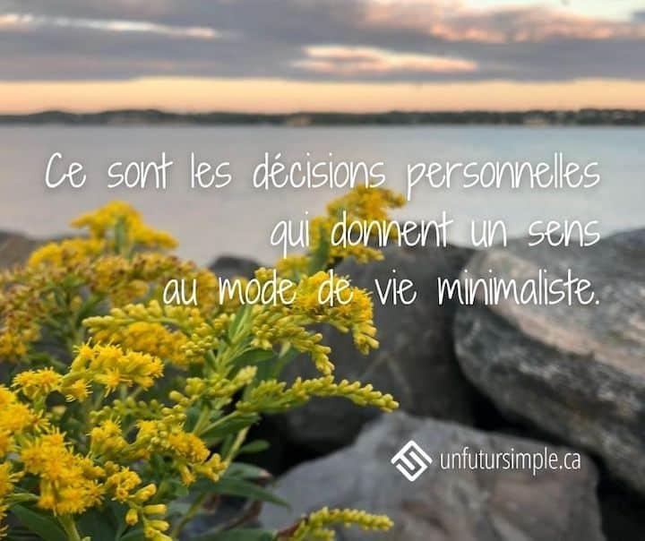 Citation relative au balado Versus: Ce sont les décisions personnelles qui donnent un sens au mode de vie minimaliste. Arrière-plan: fleurs jaunes sur la rive du Saint-Laurent à Québec.