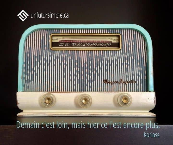 Citation de Koriass : Demain c'est loin mais hier ce l'est encore plus. The Bermuda, radio Rogers Majestic vintage de couleur aquamarine sur fond noir de l'artiste John H. Fleming.