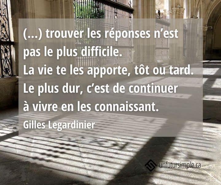 Citation de Gilles Legardinier: (…) trouver les réponses n'est pas le plus difficile. La vie te les apporte, tôt ou tard. Le plus dur, c'est de continuer à vivre en les connaissant. Ombrage d'une grille en fer forgé sur des pavés donnant sur un jardin.