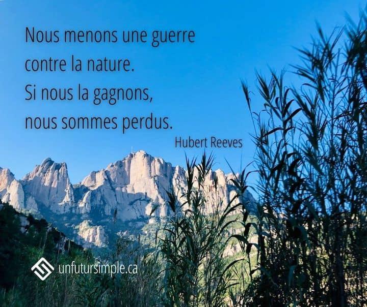 Citation sur la nature de Hubert Reeves: Nous menons une guerre contre la nature. Si nous la gagnons, nous sommes perdus. Vue de Montserrat avec longues herbes noires à l'avant-plan.