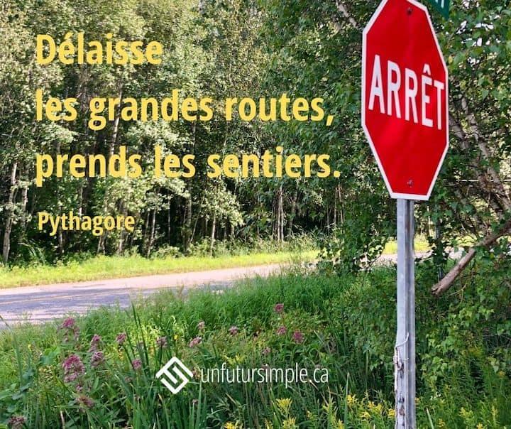 Citation de Pythagore: Délaisse les grandes routes, prends les sentiers. Arrière-plan: Arrêt stop à la croisée de chemins de campagne.